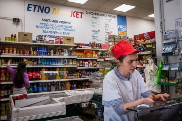 """Lângă """"Tavola Calda La Mama"""" există și un supermarket românesc, Etno Market."""